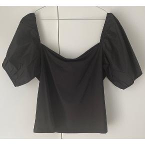 Basic sort t-shirt med pufærmer fra H&M 🤍  - str. XL  - næsten som ny - nypris 99,- - perfekt til sommeren 🌞   Se også mine andre fine annoncer. Sælger billigt ud og giver gerne mængderabat 🌸