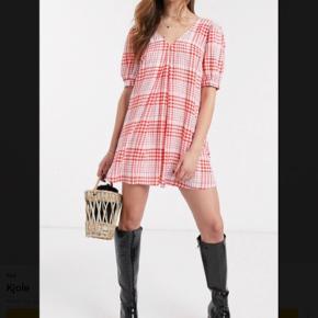 Sød kjole med pufærmer fra ASOS  Aldrig brugt kun prøvet på.  Kan bruges af flere str