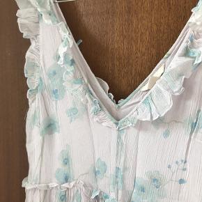 Lang kjole fra H&M. Brugt én gang.  Kan afhentes i København K eller sendes gennem handel på Trendsales 🌸  Se også mine andre annoncer  🌸