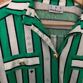 Virkelig flot vintage kjole med grønne, hvide og sorte striber, samt stjerner. Jeg har selv købt den uden bælte,  men der er plads til bælte eller bindebånd i taljen.