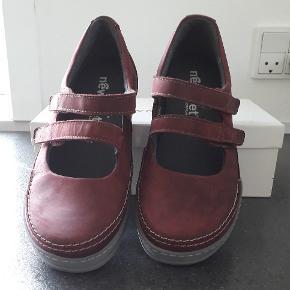 Bordeaux sko aldrig brugt Udvendige mål: Længde 26 cm. Bredeste sted på forsålen 9,5 cm.