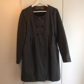 Varetype: Frakke af uld Farve: Grå  Betaling gerne over mobilPay.