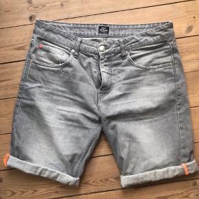 Mads Nørgaard shorts med orange syning ved knæene. Str M/L, vaskemærket er klippet ud.  De er brugt, men har ingen slidtegn overhovedet :)
