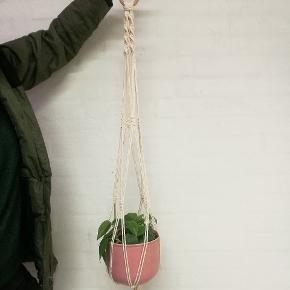 Ophæng til stueplanter.  Ophænget er lavet af økologisk bomulds-knyttegarn.  Potten medfølger ikke.
