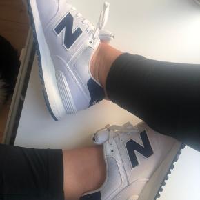 👟 New Balance sneakers (str. 40,5) Brugt få gange, har lidt pletter, men kan nok fjernes ved vask. Fejler ingenting.   📦 Kan sendes med DAO for 38 kr. (sender som regel samme dag, ellers næste dag) 📍eller afhentes i Ishøj 📲 Betal med MobilePay