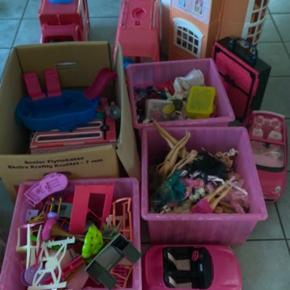 Nedsat med 500kr Virkelig meget Barbie sælges  Det har stået i en garage og samlet støv nu skal det have ny ejer Der er alt hvad hjertet begærer af bl.a. møbler,  biler,dukker, tøj, tilbehør, hus og campingvogne Der kan være ting som mangler og eller er i stykker af møbler men i begrænset omfang  Har fundet endnu en flyttekasse fyldt med alt muligt af samme stil