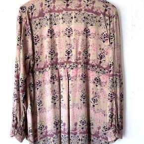Masai skjorte/tunika i rosa nuancer.  Mål fra ærmegab til ærmegab 110 cm Mål fra nakken og til nederste kant 72 cm. Mærkatet med størrelse er klippet ud, men jeg vil tro, at det er en M/L Har selv købt den herinde, men kan desværre ikke passe den.