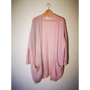 Lækker varm lyserød cardigan fra envii i str. M/L  34% uld 28% nylon 22% mohair 13% acryl 3% elasthan