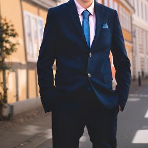 Sælger min søns konfirmations tøj. Det er fra 2018 og købt i Nielsens.Jakkesættet er mørkeblå og str 12 og skjorte i lyserød er størrelse 14, hvis denne ønskes med. Vi har både butterfly og slips. Købt det hele for 1000kr