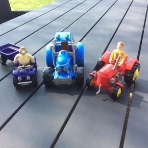 Lille røde traktor med Søren, Blå Boss, Jansen med ATV med hænger. Sælges samlet for 80 kr ellers 35 kr pr køretøj.  Fra ikke ryger hjem