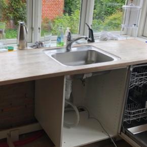 Vask med armatur og træbordplade