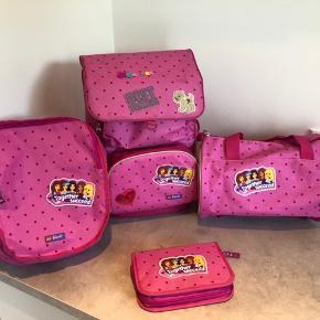 Tasken er i meget fin stand De små idræts tasker er som nye (den ene er aldrig brugt) Penalhus følger med da der er noget farve på (ikke forsøgt vasket)