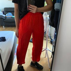 Røde løse bukser med syede røde prikker.
