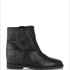 Sorte Notabene støvler med kilehæl indvendigt. Nypris 2300, sælges for 900