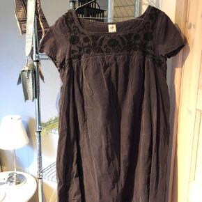 Rigtig sød mørkelilla kjole i fløjl. Kjolen har bloster øverst på brystet og går derfra ud i en a-form