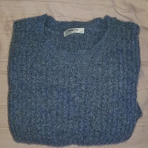 Blå striktrøje fra moss copenhagen i størrelse xs/s. Er aldrig brugt, så den fejler intet. 34% mohair, 34% wool, 27% polyester og 5% elastane Kom med et bud :)