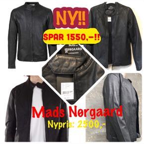 Superfed biker-inspireret læderjakke str. S fra MADS NØRGAARD - spritny med tags.  Har masser af fede detaljer og er et røverkøb til prisen! Nypris: 2.500,-  Sælges til KUN 950,- pp  - SPAR 1.550,-!!!