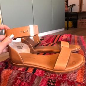 Super smukke sandaler fra Tiger Of Sweden i det blødeste kernelæder 😍 har spænde til rundt om anklen. Str. 39 og normale i størrelsen. Jeg har tilladt mig at sætte dem som NSN, da jeg kun har haft dem på en dag. De er så smukke, men desværre for store til mig.   Bemærk - afhentes ved Harald Jensens plads eller sendes med dao. Bytter ikke 🌸  💫 Sandaler læder lædersandaler sko sommersko lædersko kernelæder kerne læder skind koskind kalvelæder cognac brun cognacfarvet