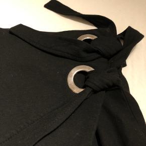 Sort stram nederdel med snøre detalje - kan passes af en x-small og small, da man kan stramme den ind :)