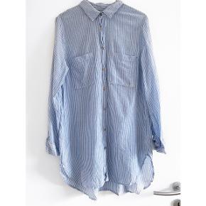 H&M Blå og hvid stribet skjorte, den ene lomme har en lille plet ( se det sidste billede )   Størrelse: 40   Pris: 50 kr   Fragt: 39 kr ( 37 kr ved TS handel )
