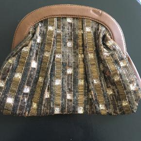 Fin taske med perler på en side og skind på den anden. (Der mangler ingen perler) Foret er i matchende farve i cotton Farve: brun/ jordfarvet og guld   Kan sendes på kæbers regning eller hentes i Århus