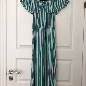 """Stribet off-shoulder kjole med """"krave"""" fortil og lille slids i begge sider. Byd gerne."""