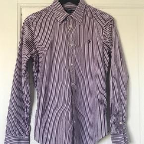 Ralph Lauren Sport skjorte i str. US10/Medium. Skjorten er kun blevet beugt et par enkelte gange og er derfor næsten som ny. Byd endelig!