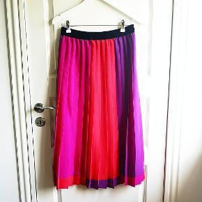 Kirsten Krog plisseret nederdel. Ukendt materiale, men umiddelbart føles den som krølfri silke. Smuk velour elastik i livet, dobbeltstof. Længde 80cm. Str. 36/38