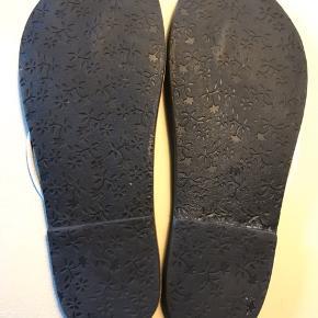 En søster-sandal til Lola Ramona. Har stået i skabet et par år og og er måske brugt en enkelt gang.