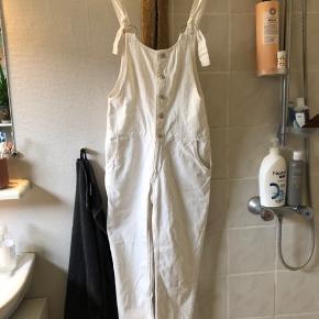 Hvide overalls fra Zara, et par år gamle, virkelige fede vintage-look :) knapper og lynlås og to lommer foran/bagpå  #trendsalesfund