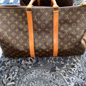 Beskrivelse: Når det kommer til tasker, så er der ikke et mere ikonisk og anerkendt brand end Louis Vuitton. Og hvad er der overhovedet at sætte en finger på?  Informationer📝  Model/mærke: Louis Vuttion Keepall👜  Størrelse: 50📏  Stand: Vintage - og brugt med omhu✨
