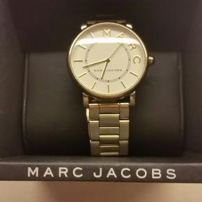 Flot ur fra Marc Jacobs.  Lidt ridser bagpå, men intet af betydning når man har uret på.
