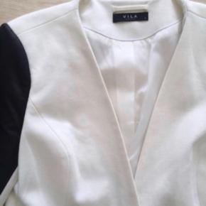 """Skøn hvid blazer fra Vila ⚪️⚫️  I sweat stof med PU læder ærmer og sort knap.  God men brugt, eneste """"slid"""" er at bagpå ærmer på det hvide er den lidt nusset.  Nypris 400,-  Se også mine andre fine og billige annoncer - giver gerne mængderabat 🌟"""