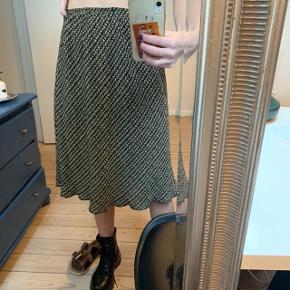 Nederdel fra ukendt mærke, der står str. L/XL men den fitter en m:)