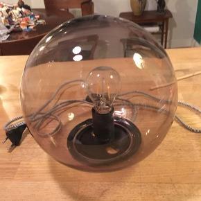 Fado bordlampe fra Ikea grå glasskærm, alm. fatning, afbryder på ledning. Højde 25cm. 50kr Kan hentes Kbh V
