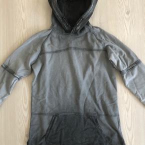 Superlækker hættetrøje.  Changerer i mørk og lysgrå farver.  Ingen pletter eller huller! Meget fin stand!  Bytter desværre ikke..