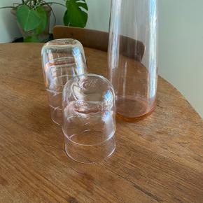 Lyserøde glas med tilhørende kande fra IKEA