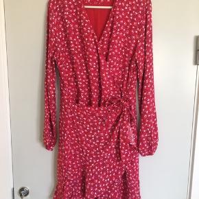 Rød slå-om kjole i str. XL fra Modström. Kjolen er brugt meget få gange og er i rigtig fin stand.