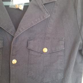 Lækker sortgrå kjole fra Ganni i soft denim. Passer bedst str. S/M 💕  Brystmål 88 cm. Talje 80 cm. Hofte 100 cm.