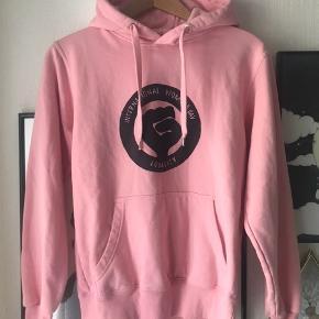 Limited edition hoodie fra Trykkertøsen. Kvindernes internationale kampdag🙋🏽♀️  Str small. Blød og lun, ren bomuld. Har kun været på en enkelt gang.