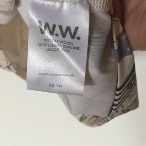 Sort/hvid mønstret top fra Wood Wood i neget elastisk stof. Brugt 2-3 gange