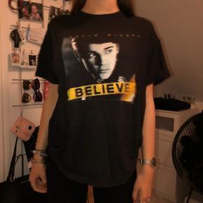 ~ Justin Bieber t-shirt dsv. fra ukendt mærke, i str. s, passes også af m. ~ Kun brugt et par gange og får den ikke brugt mere. ~ Kan afhentes i Slagelse by eller sendes på købers regning.  •OBS• Modellen bruger selv en xs i t-shirts.