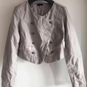 Vero moda  Jakke str 38  Overgangsjakke  Brugt men i pæn stand. Er blot lidt krøllet.  Beige/sand i farven og nypris 350kr