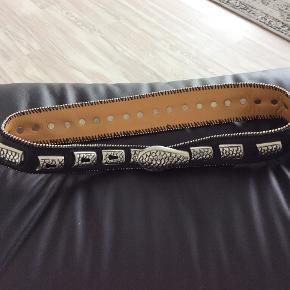 Fedeste Larex waist snake bælte, bemærk at dette er til taljen, det måler 91 cm, str s..sælges for 350 incl DAO ,mobilepay ,aldrig brugt