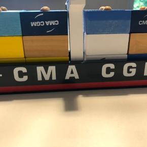 Bilag containerskib med træklodser