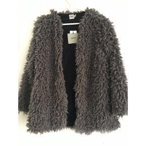 """Sælger denne """"pels"""" jakke fra ASOS.  Helt ny, aldrig brugt, stadig med mærket på.  Har ingen knapper.  Kan mødes og handle i København K eller sende med DAO via Trendsales handel - pris for fragt kommer oveni :)"""