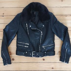 Biker jakke i faux leather. Fremstår som ny. Brugt to gange.  Passer perfekt til den kommende vintersæson ☁️