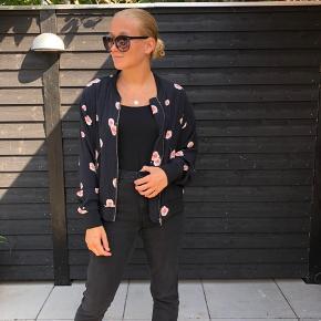 Billigt tøj sælges grundet flytning! Boomberjakke med blomster mønster. Bukser sælges i andet opslag. BYD