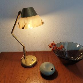 Vintage art deco lampe. Glasset er i fin stand men messing en har små pletter der sikkert kan fjernes med lidt knofedt. H: 40 cm Ø: 16 cm. Alabast skærm. Koster 1200,- Røgfarvet skål fra 60'erne. Ø: 22,5 cm. H: 10,5 cm. Koster 175,- Blågrøn keramik vase. Mærket JB. H: 5 cm Ø: 9,5 cm. Koster 275,- #vintage #retro #genbrug #keramik #lampe #bordlampe #artdeco #skål #vase