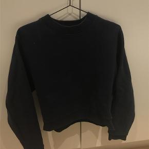 0fa6884a3f3 Varetype: sweatshirt Farve: Mørkeblå Oprindelig købspris: 1600 kr. Prisen  angivet er inklusiv